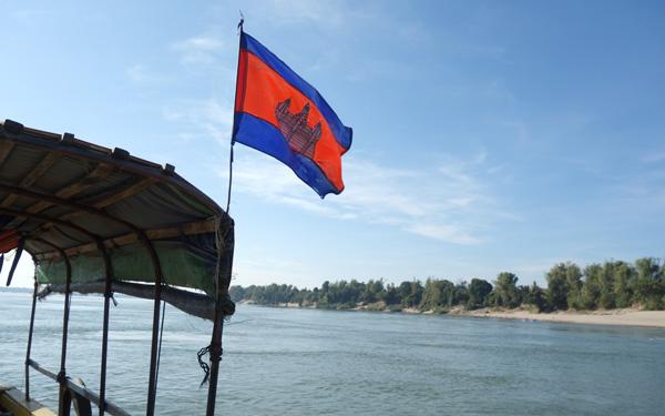 カンボジアの国旗がはためく