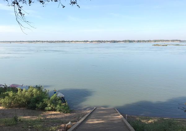 メコン川の船着き場へ
