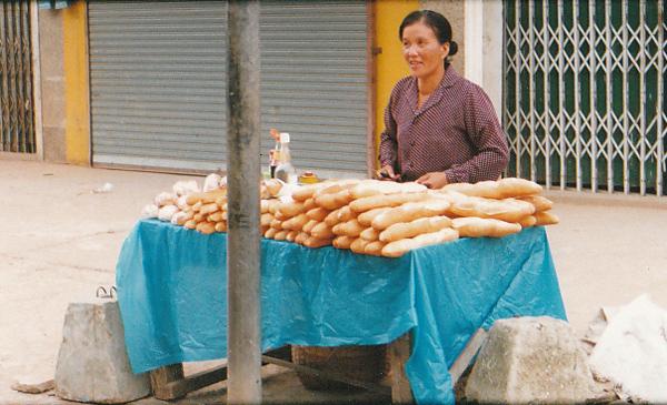 路上のフランスパン売り 1999年