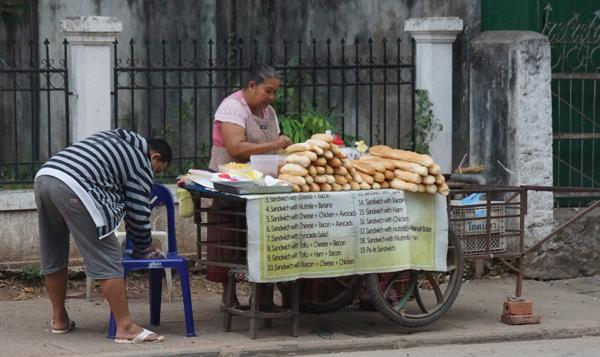 路上のフランスパン売り 2014年