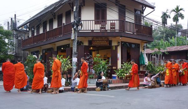 ルアンパバーン 朝の托鉢風景