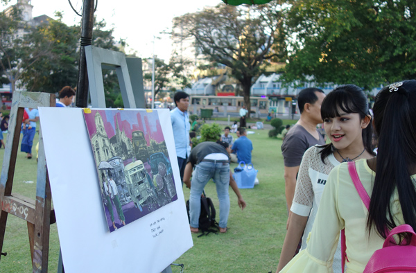 作品を鑑賞するミャンマーの人たち