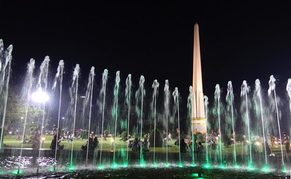 ライトアップされた夜のマハバンドゥーラ公園