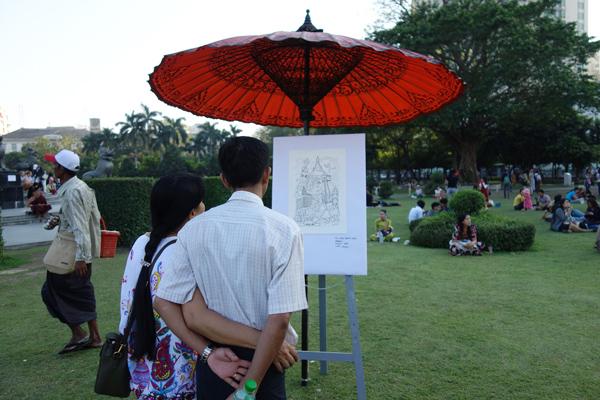 アートを鑑賞する人たち