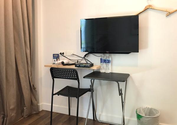 液晶テレビ、机、椅子など