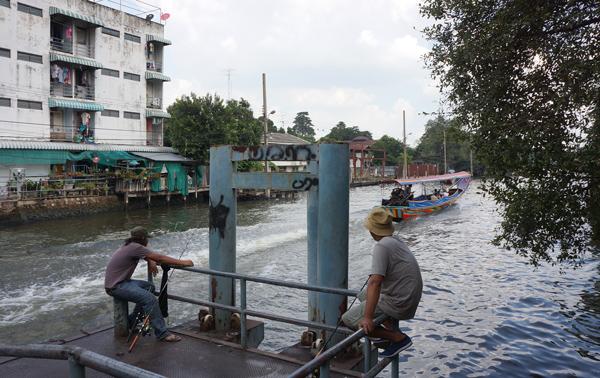 運河で釣りをする人たち