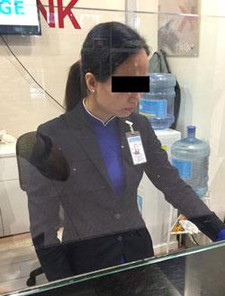 件の女性スタッフ