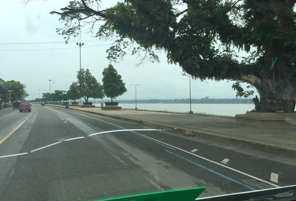 メコン川沿いを走る