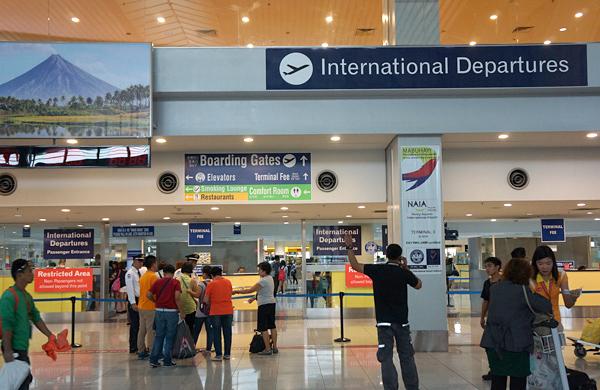 空港税支払いカウンターと出国審査