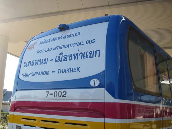 ナコーンパノム~タケーク間の国際バス