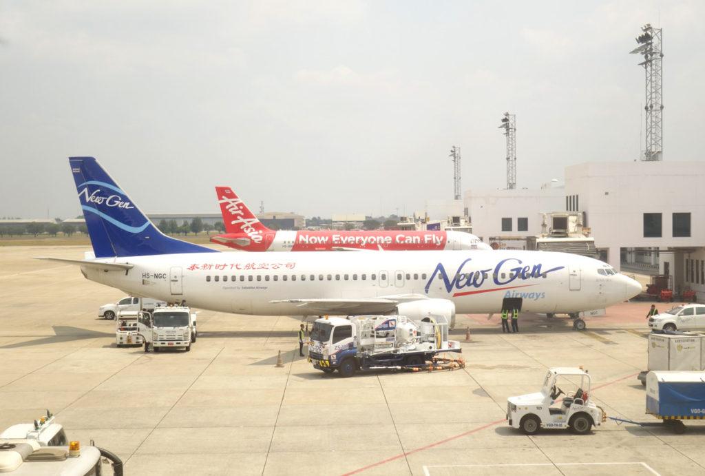 ドンムアン空港に駐機中のニュージェン・エアウェイズボーイング737-400型機