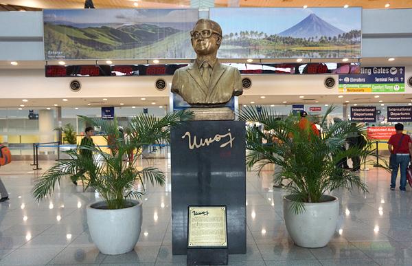 故ベニグノ・シメオン・アキノ・ジュニア氏の銅像