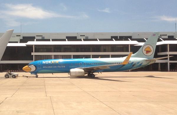 ドンムアン空港でトーイング中のノックエア機