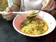 タイの女の子の麺の食べ方