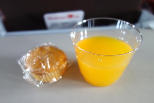 小さなマフィンとオレンジジュース