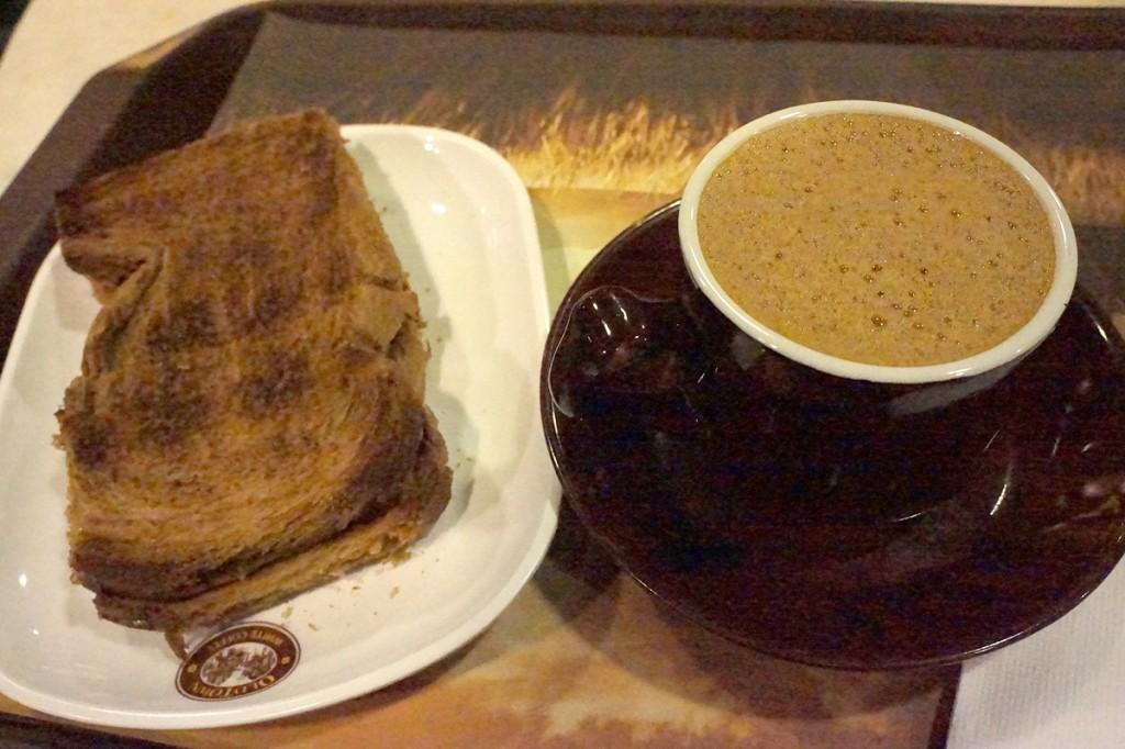 ホワイトコーヒーとカヤトースト
