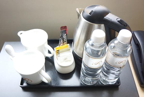 無料の水、コーヒー、電気ケトルなど