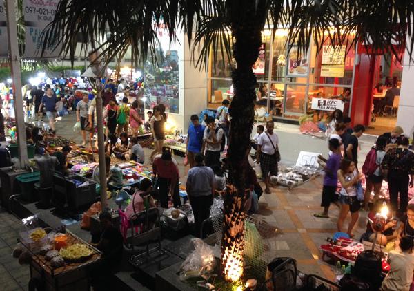 パラディウム前のナイトマーケット