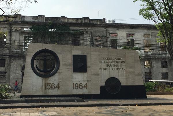 ガレオン貿易400年記念碑