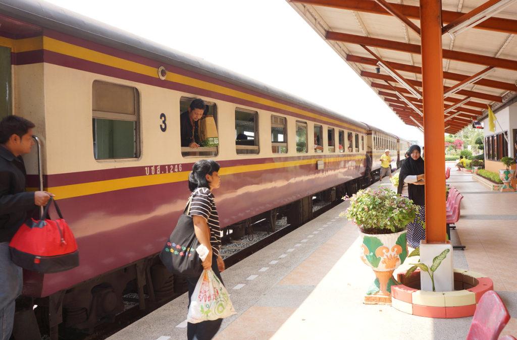 バンコクからの普通列車が到着