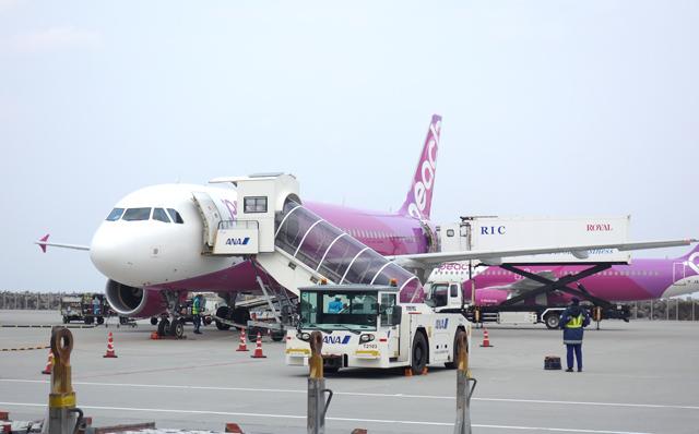 那覇空港に駐機中のピーチのエアバスA320型機