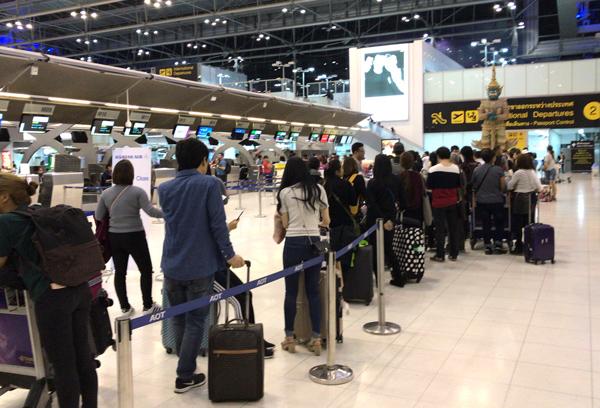 大韓航空のカウンターは大行列