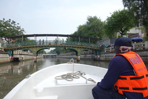パドゥンクルンカセーム運河を走る船