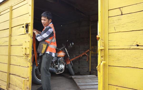 貨物車に積まれたバイク