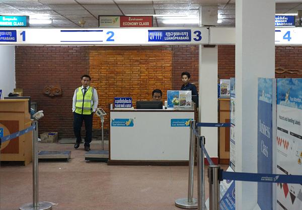 ラオス国営航空のチェックインカウンター