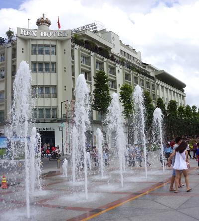 噴水とレックスホテル
