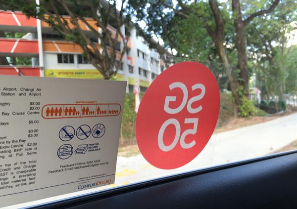 タクシーに貼られたSG50のステッカー