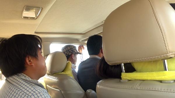 運転席の窓側に座っているのは乗客