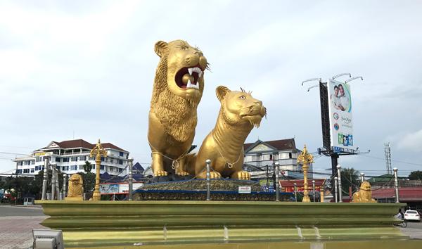 シアヌークビルのシンボル、黄金のライオン像