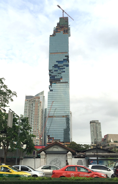 建築中のマハーナコーン