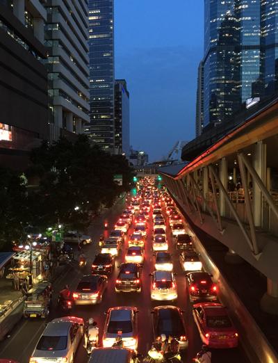 夕方のナラティワート通りの渋滞