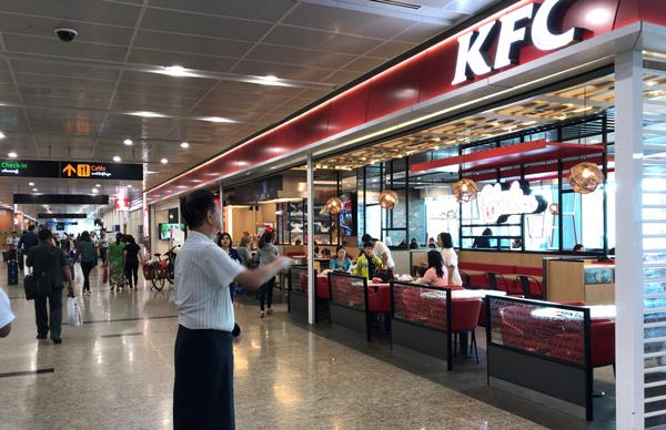 空港ターミナル内のケンタッキー・フライド・チキン