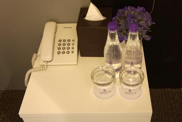 電話、ティッシュ、無料の水2本