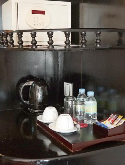 セーフティーボックスとコーヒーなど