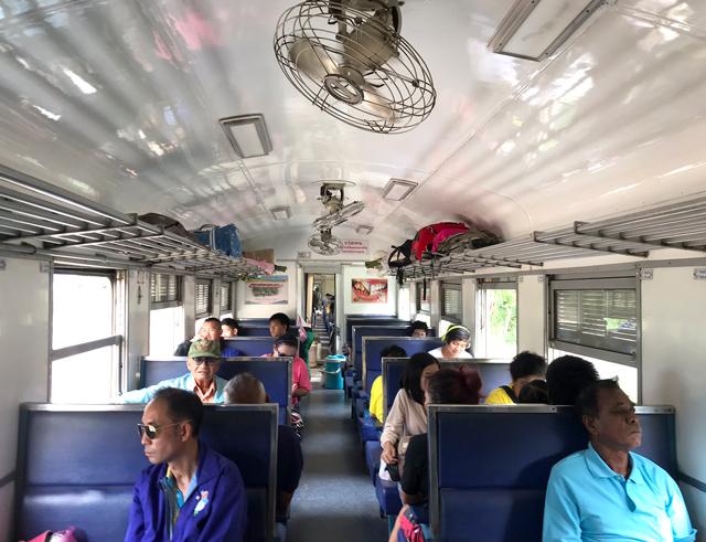 3等列車でのんびり移動