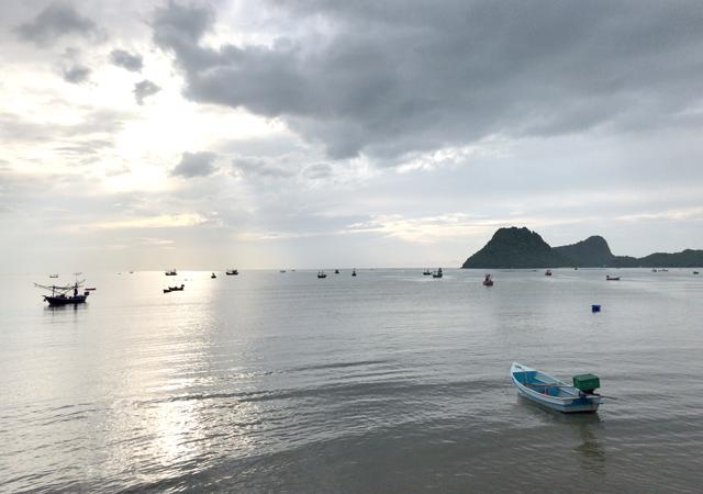 早朝、海沿いを散歩