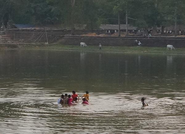 スラスランで水遊びをする子供たち