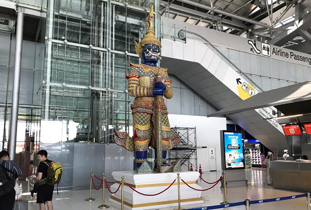 メインターミナルの鬼(ヤック)の像