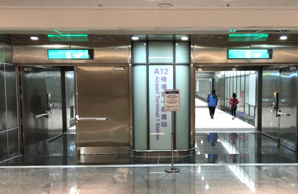 MRT駅構内へ