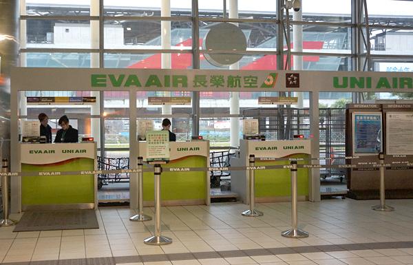 桃園駅にあるエバー航空のチェックインカウンター