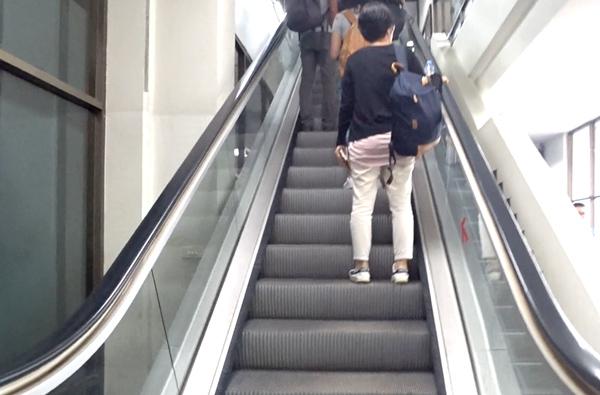 エスカレーターで2階へ