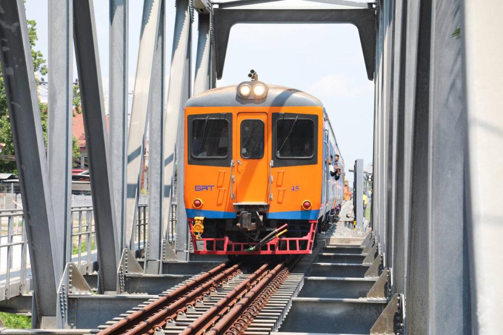 タイ・カンボジア国境間を走行するタイ国鉄車両