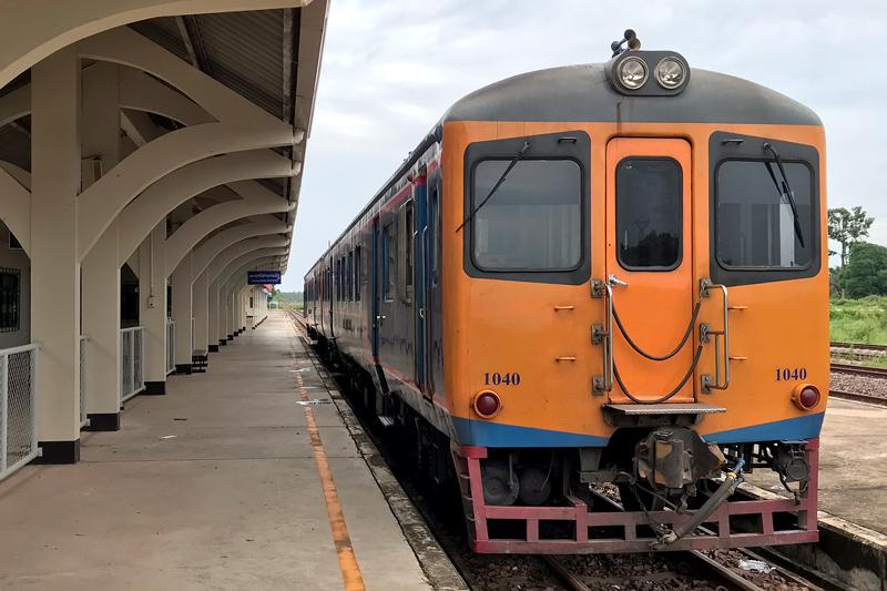 ターナーレーン駅で出発を待つタイ国鉄車両