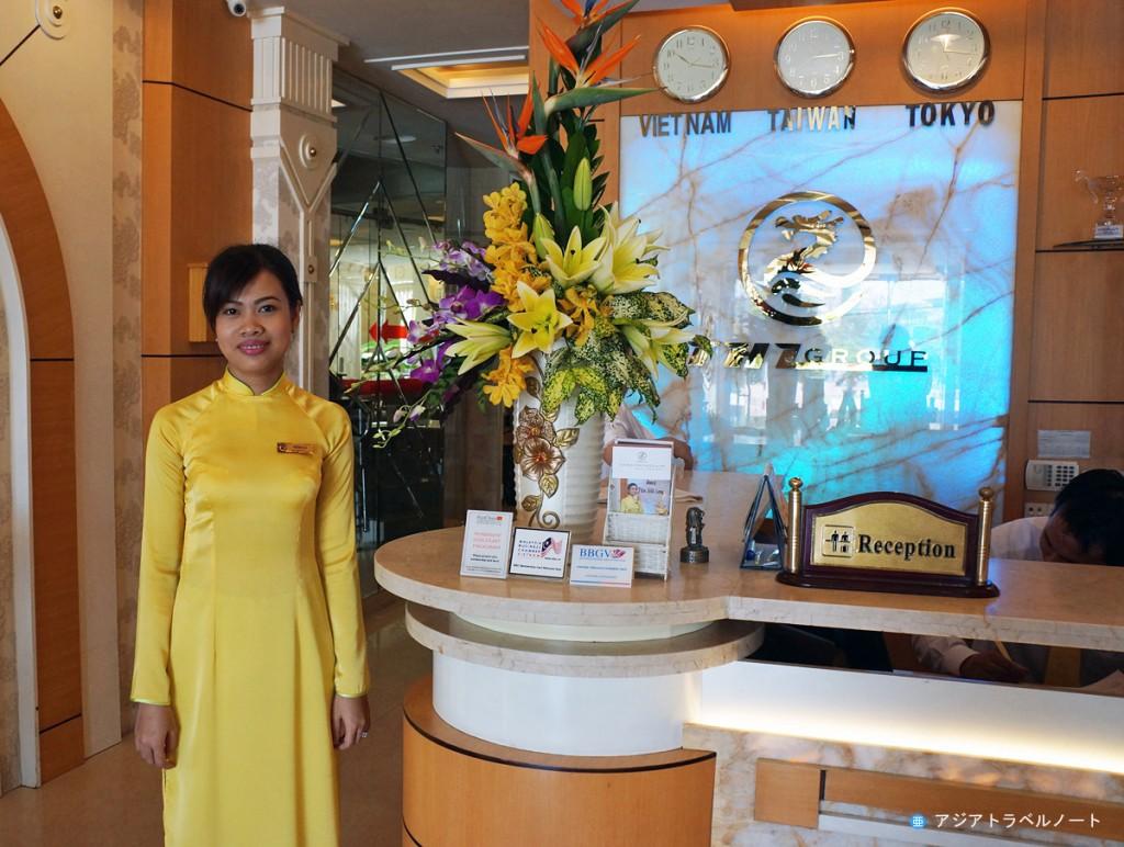 タンハイロンホテルのアオザイを着たフロントスタッフ