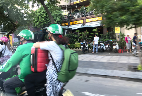 Grabバイクで空港へ向かう女の子