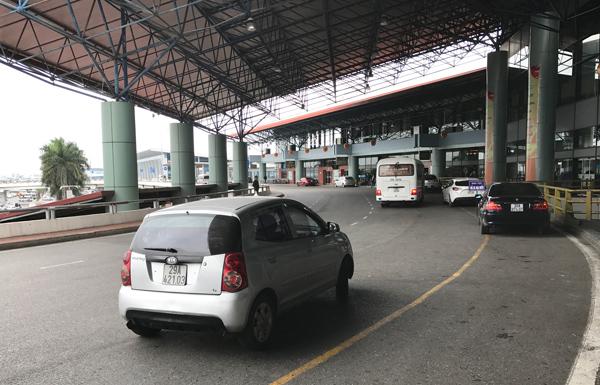 ノイバイ空港国内線ターミナルに到着